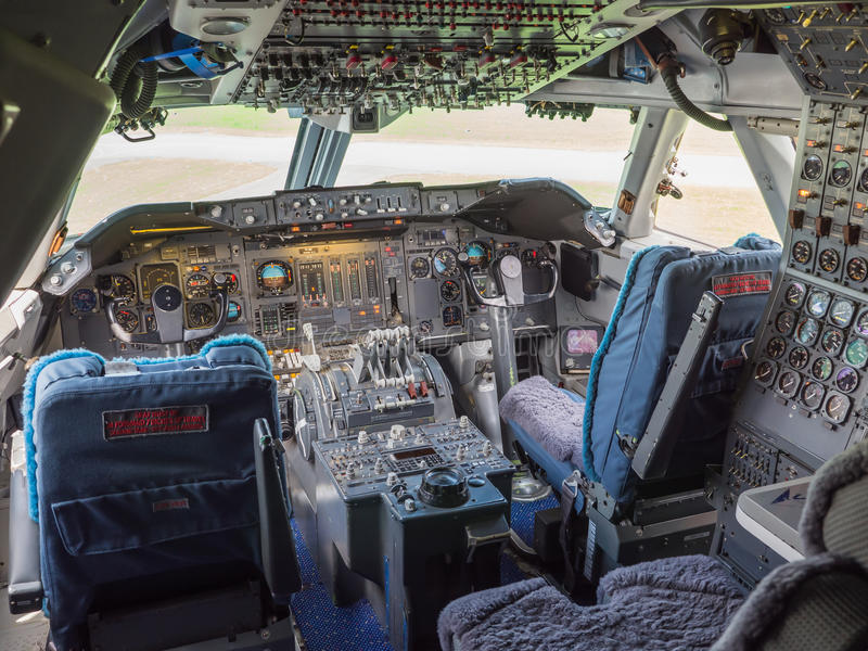 Cockpit av en jumbo - stråle royaltyfria foton