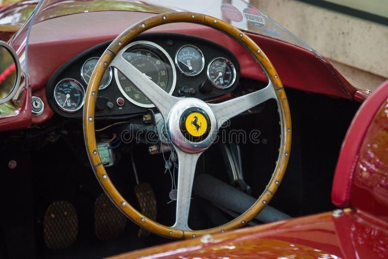 Cockpit av en sportbil Ferrari 500 TR, 1956 fotografering för bildbyråer