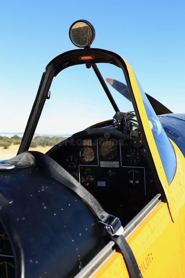 Cockpit av klassiskt flygplan royaltyfria foton