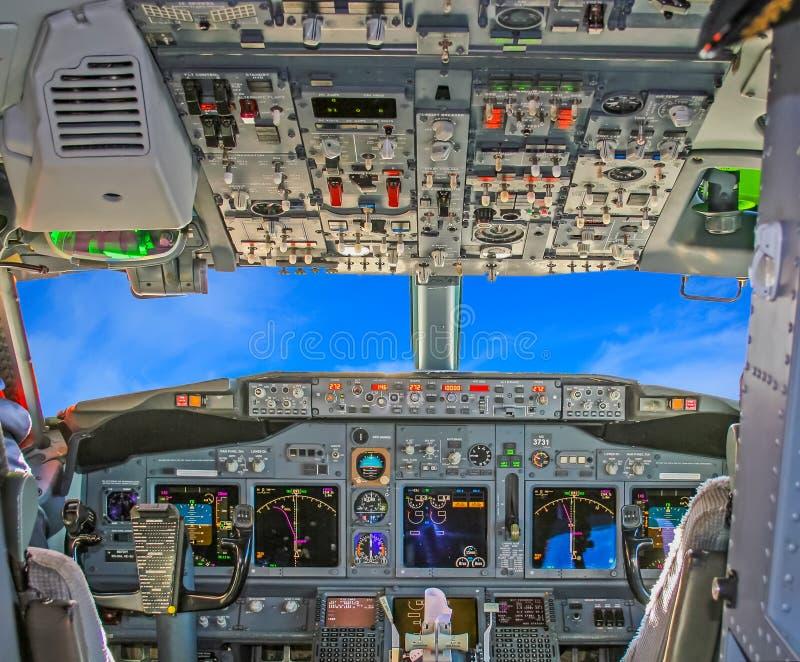 Cockpit in blaue Himmel stockfotos
