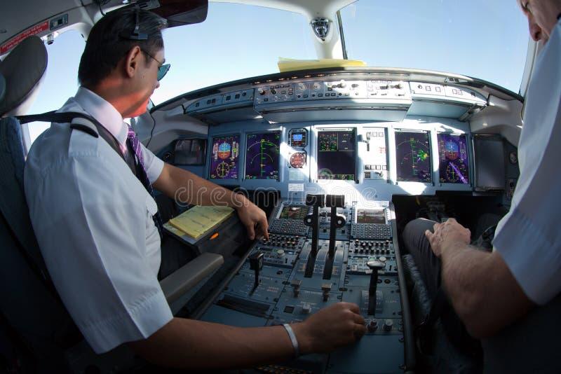 Cockpit de aviões a jato em voo imagem de stock