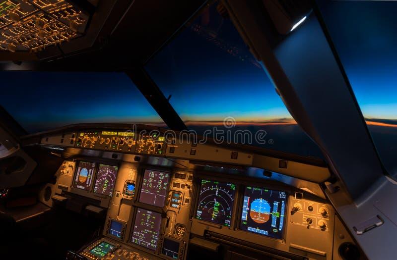 Cockpit-in der Dämmerung Zeit lizenzfreie stockbilder
