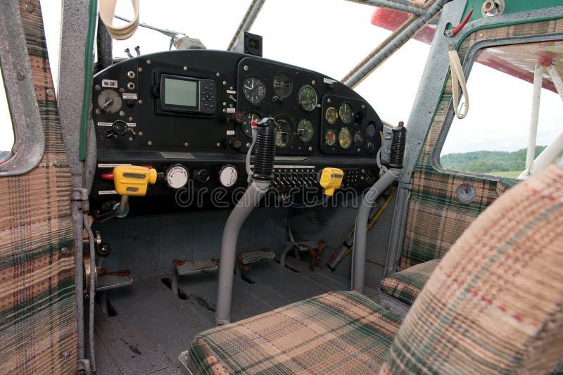 Cockpit des Weinleseflugzeuges lizenzfreie stockfotos