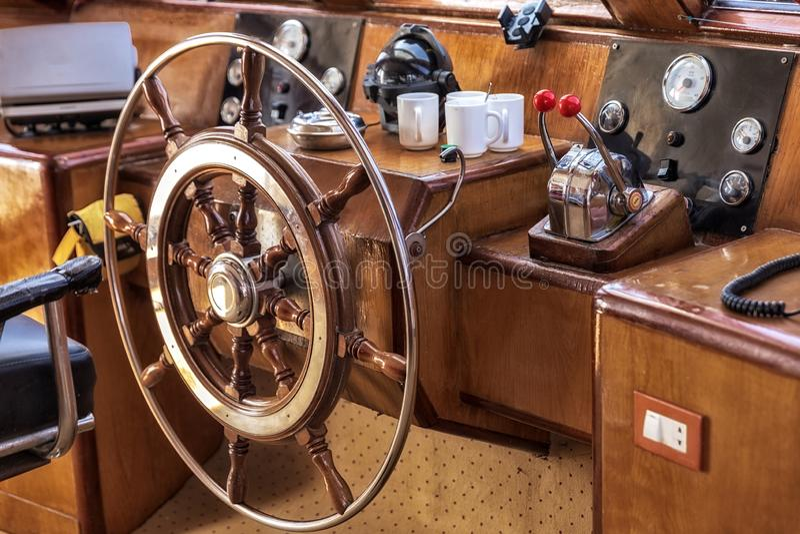 Cockpit do barco à luz do sol fotos de stock
