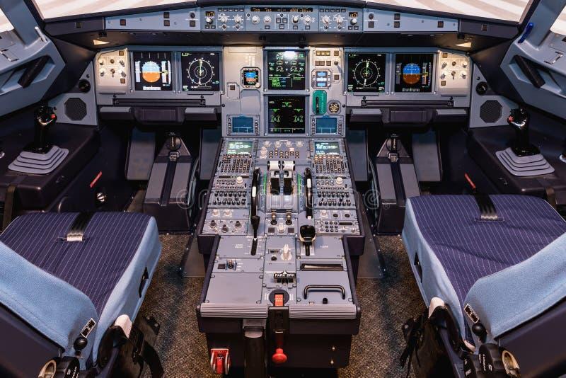 Cockpit do simulador de aviões Switches e discagens visíveis em segundo plano imagens de stock royalty free