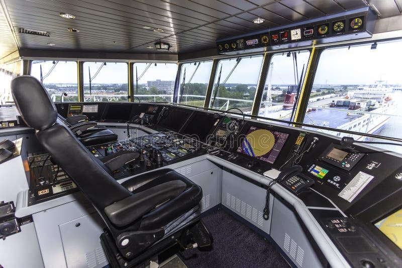Cockpit eines enormen Containerschiffs stockbilder