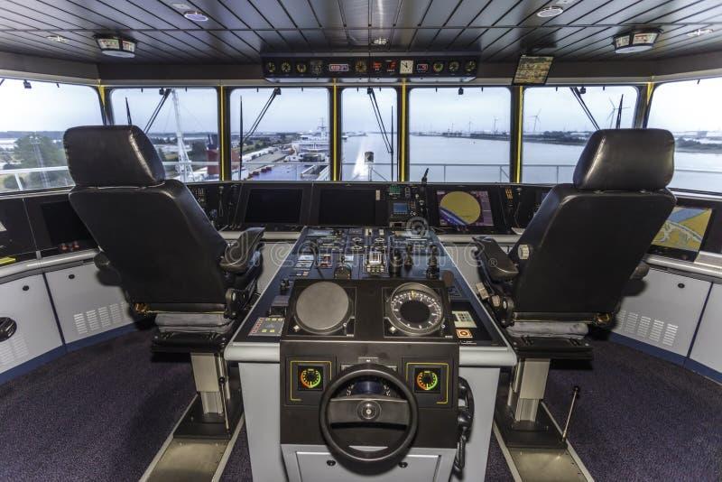 Cockpit eines enormen Containerschiffs lizenzfreie stockfotos