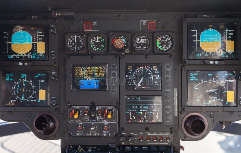 Cockpit i en helikopter för flygbussec 135 royaltyfri bild