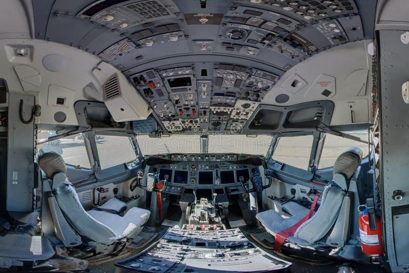 Cockpit mit 737 Kongreßteamreisen-Flugzeugen stockfotos