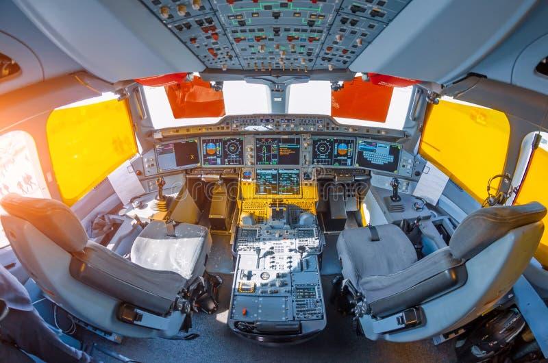 Cockpit no avião, visão ampla do painel de controle e assentos do piloto fotografia de stock royalty free