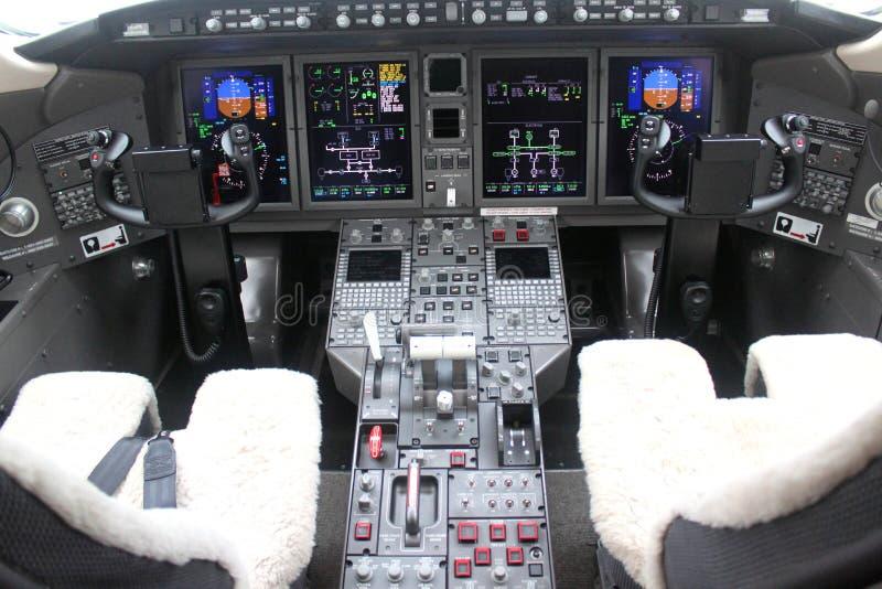 Cockpit och bräde av ett flygplan arkivfoton
