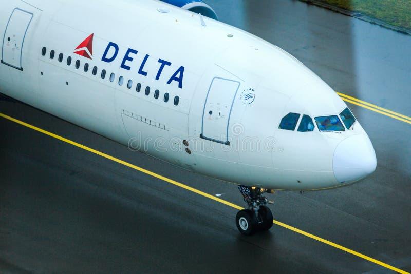 Cockpit och näsa för Delta Airlines flygbuss A330 royaltyfria foton
