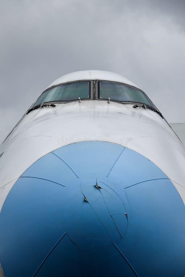Cockpit på en gamla decommissioned Boeing 747 royaltyfria foton