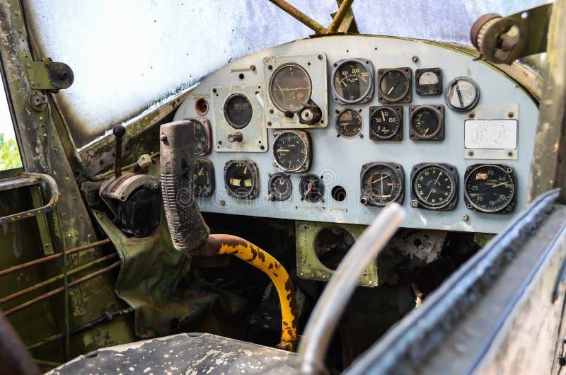 Cockpit van het oude vliegtuig royalty-vrije stock afbeeldingen