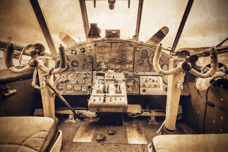 Cockpitansicht des alten Retro- Flugzeugs stockbilder