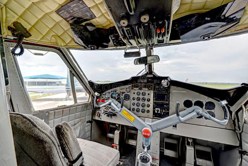 Cockpitinsidasikt av en tvilling- turboladdarestötta arkivfoton