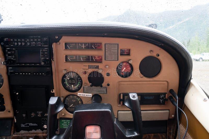 Cockpitkopilotansicht des Instrumentenbrettes des Cessna-Flugzeugbuschflugzeugs in Alaska lizenzfreie stockfotografie