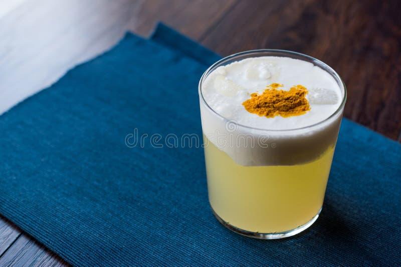 Cocktail ácido picante de Pisco feito com suco de lima, clara de ovos e a aguardente peruana da uva imagens de stock