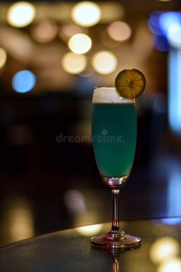 Cocktail één glas op een lijst in restaurant met bokehachtergrond royalty-vrije stock afbeeldingen