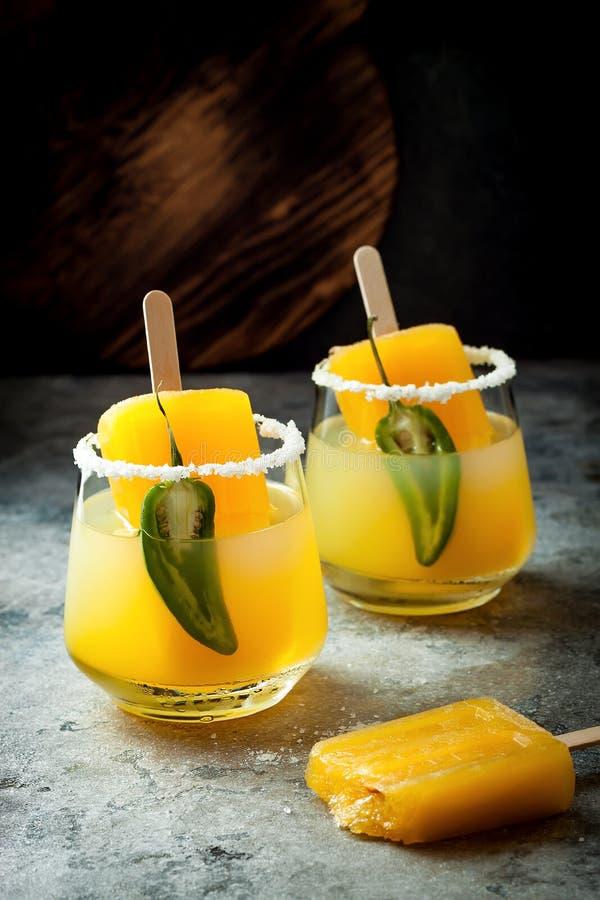 Cocktail épicé de margarita de glace à l'eau de mangue avec le jalapeno et la chaux Boisson alcoolisée mexicaine pour la partie d photo libre de droits