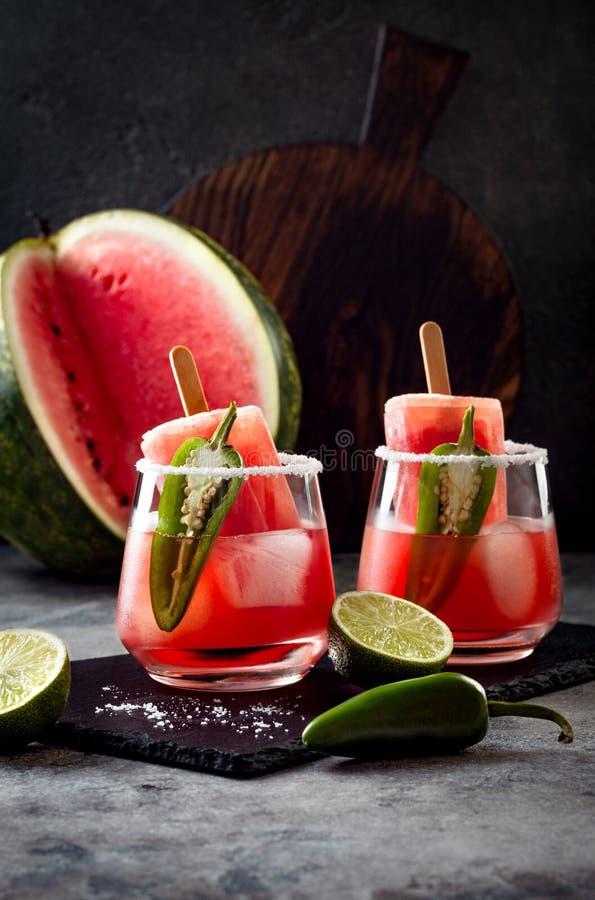 Cocktail épicé de margarita de glace à l'eau de pastèque avec le jalapeno et la chaux Boisson alcoolisée mexicaine pour la partie image libre de droits