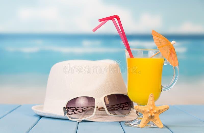 Cocktail, óculos de sol, chapéu fotografia de stock