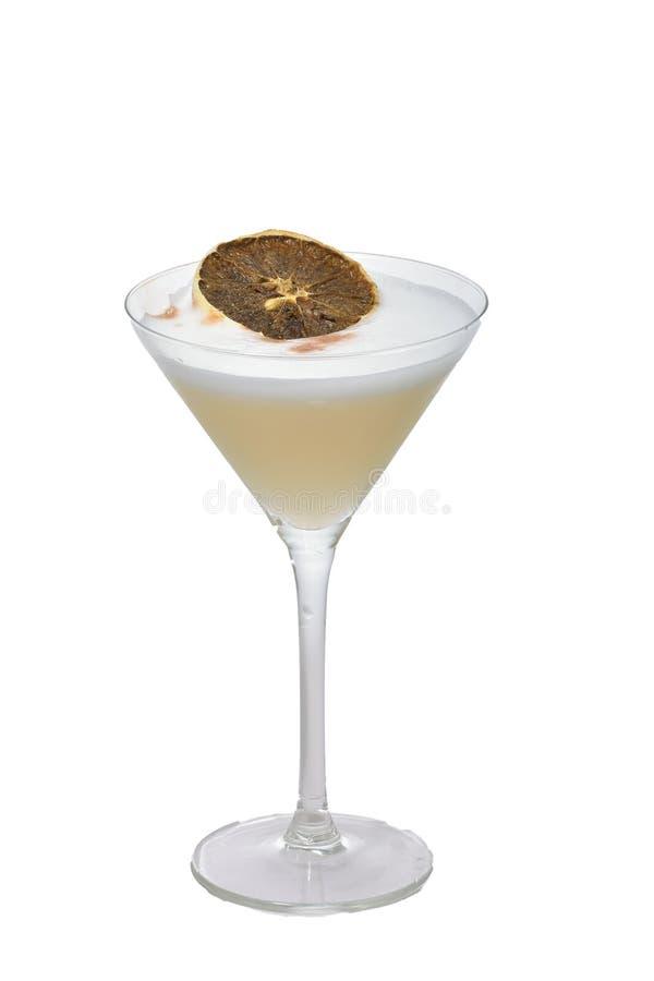 Cocktail aigre de Pisco basé sur le schnaps, l'oeuf avec et le citron sur le fond d'isolement images libres de droits