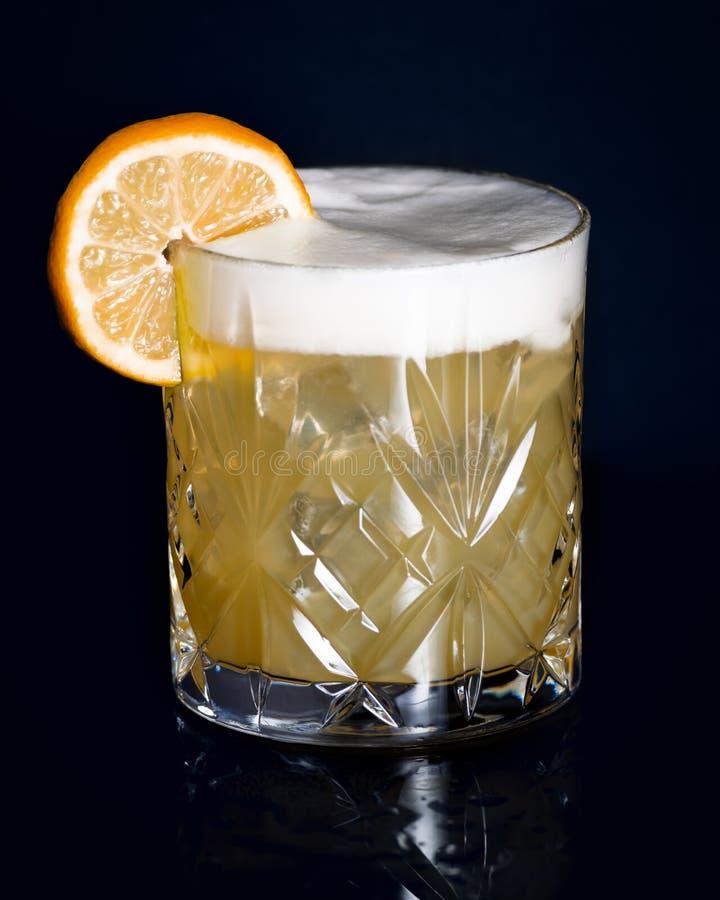 Cocktail aigre de whiskey avec la roue orange image libre de droits