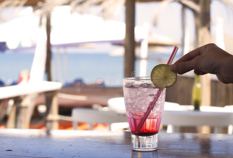 Cocktail al bar sulla spiaggia fotografia stock