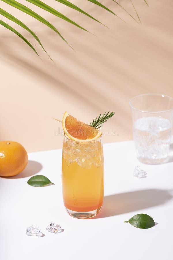 Cocktail alaranjado frio e refrescando do perfurador com fatia alaranjada no fundo da cor Bebida do ver?o imagens de stock