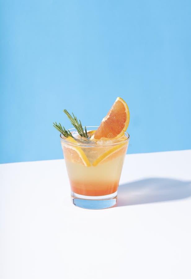 Cocktail alaranjado frio e refrescando do perfurador com fatia alaranjada no fundo da cor Bebida do ver?o foto de stock royalty free