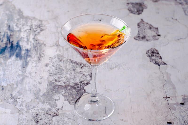 Cocktail alaranjado vermelho Margareta da vista superior fresca em um vidro de martini em um fundo cinzento Menu da bebida do álc fotografia de stock royalty free
