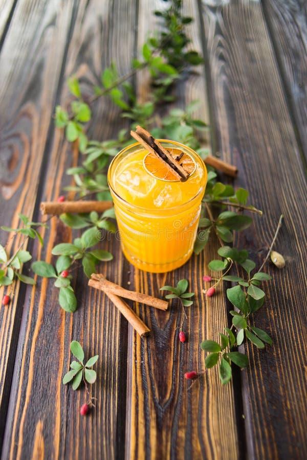 Cocktail alcoólico alaranjado imagens de stock