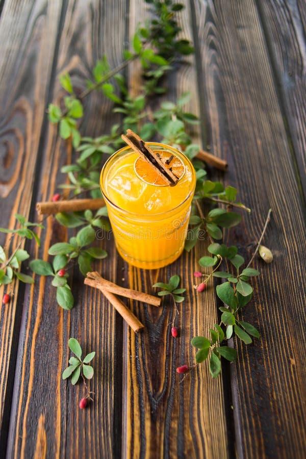 Cocktail alcoólico alaranjado imagem de stock