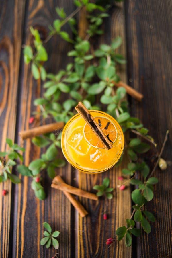 Cocktail alcoólico alaranjado fotografia de stock royalty free