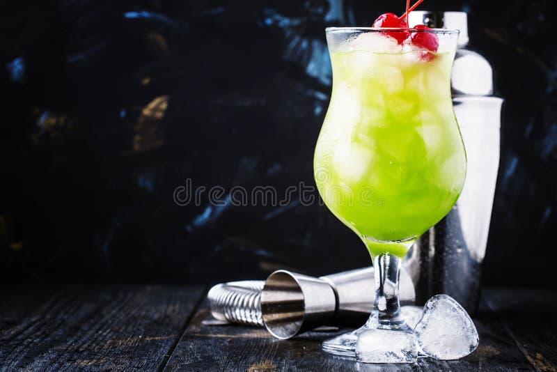 Cocktail alcoólico com uísque, licor, suco de laranja, tangerin imagem de stock