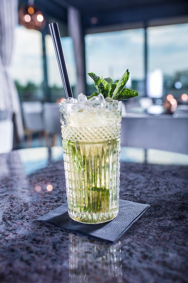 Cocktail alcoólico do verão de Mojito na tabela no restaurante imagem de stock royalty free