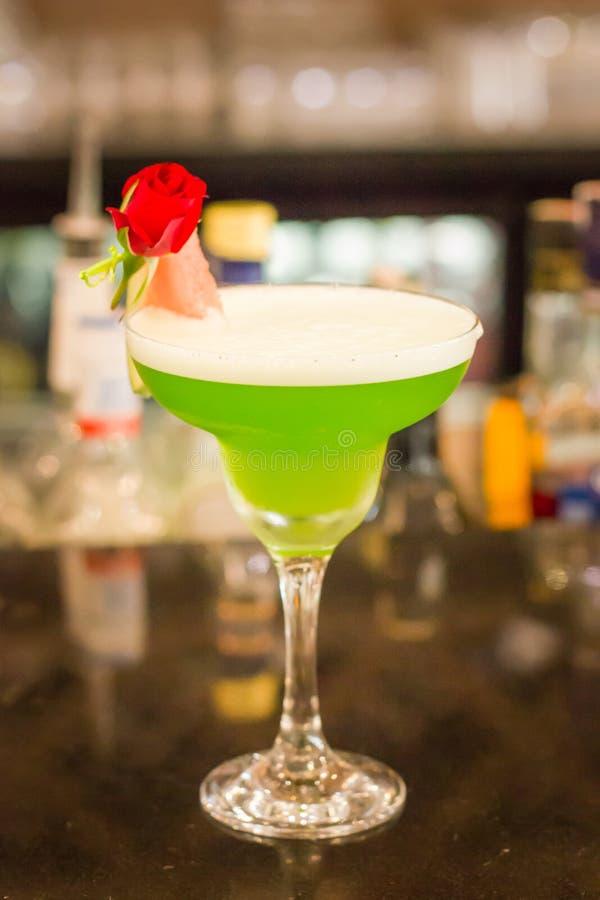 Cocktail alco?lico verde com hortel? em um vidro do margarita em um contador da barra imagem de stock royalty free