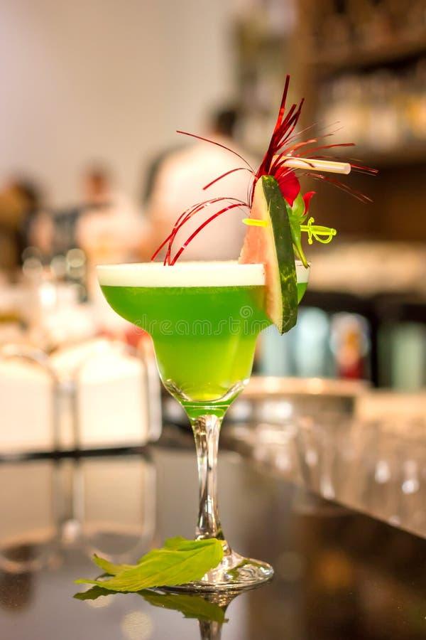 Cocktail alco?lico verde com hortel? em um vidro do margarita em um contador da barra fotos de stock