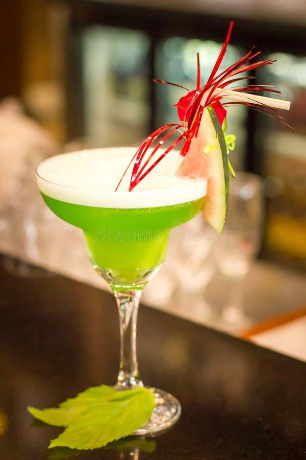 Cocktail alco?lico verde com hortel? em um vidro do margarita em um contador da barra fotografia de stock royalty free