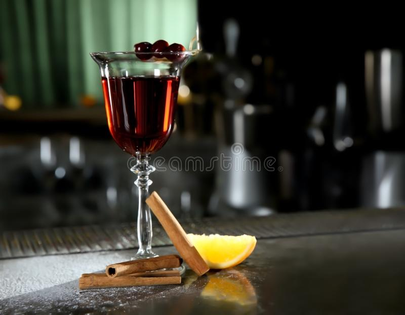 Cocktail alcolico del whiskey rosso fresco della cannella sul contatore della barra fotografie stock