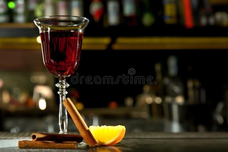 Cocktail alcolico del whiskey rosso fresco della cannella sul contatore della barra fotografia stock libera da diritti