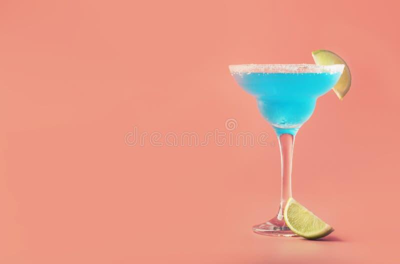 Cocktail alcolico esotico della margarita blu con la tequila, liquore, succo di cedro, sale e ghiaccio, fondo blu di estate, post fotografie stock libere da diritti