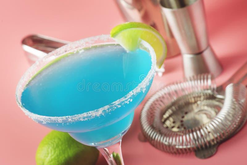 Cocktail alcolico esotico della margarita blu con la tequila, liquore, succo di cedro, sale e ghiaccio, fondo blu di estate, post immagine stock libera da diritti