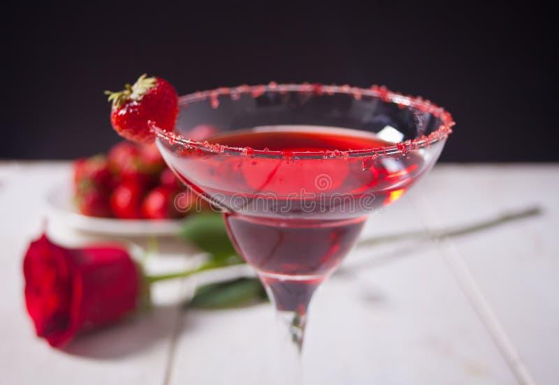 Cocktail alcolico esotico rosso in vetro trasparente fotografia stock libera da diritti