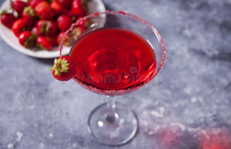 Cocktail alcolico esotico rosso in vetro trasparente immagine stock