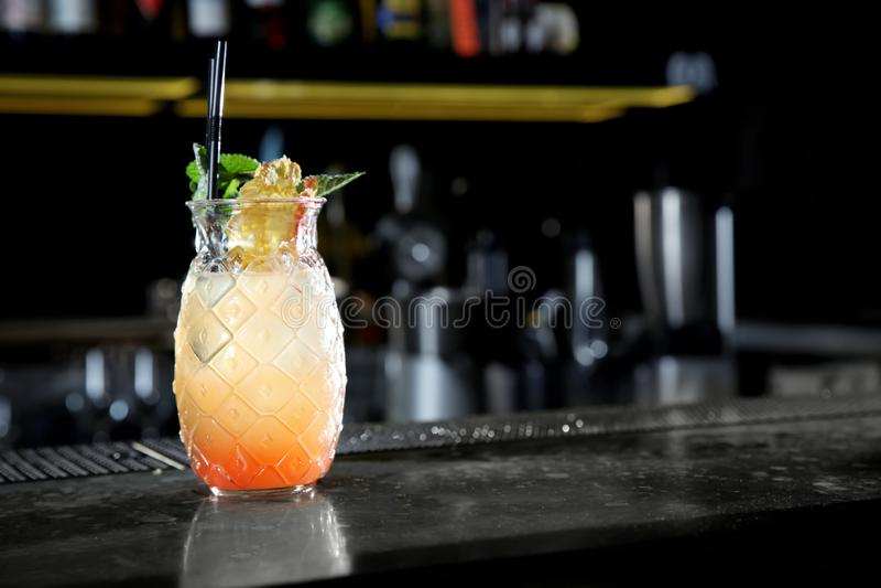Cocktail alcolico fresco di alba di tequila sul contatore della barra immagini stock libere da diritti