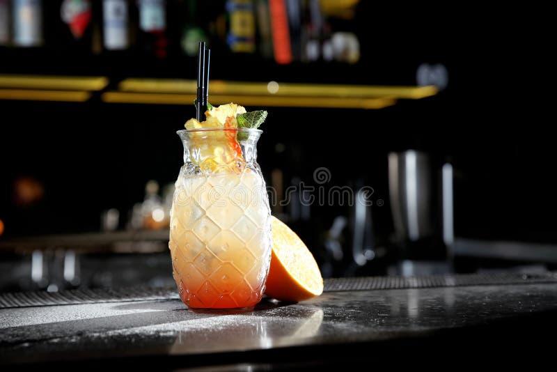 Cocktail alcolico fresco di alba di tequila sul contatore della barra fotografie stock