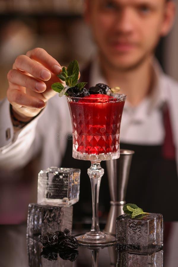 Cocktail alcolico fresco rosso Cocktail antiquato fotografia stock