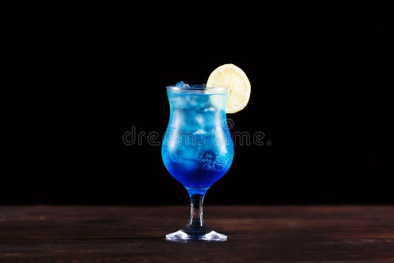 Cocktail alcoolique bleu glacé régénérateur avec la tranche de citron, d froid image libre de droits